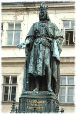 Памятник Карлу IV у Карлова Моста в Праге.