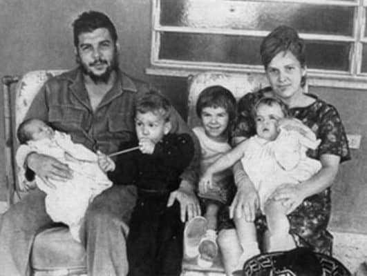 Команданте и Алеида Марч с детьми.