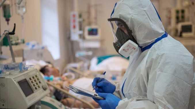 Врачи, заболевшие коронавирусом, могут получить страховые выплаты в 2021 году0