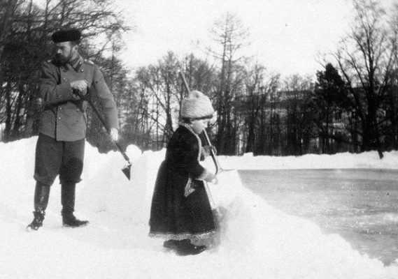 Николай II чистит снег