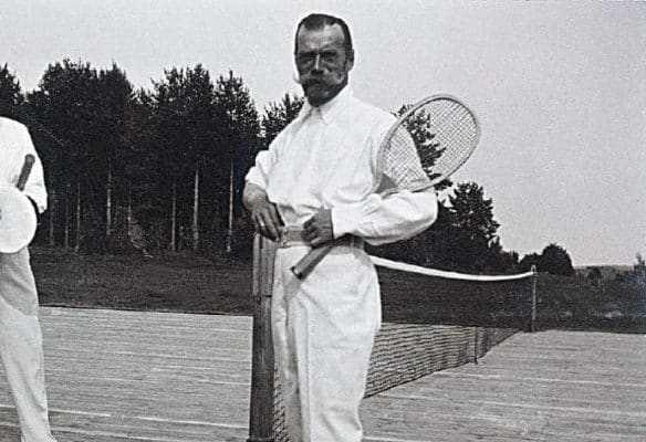 Николай II играет в теннис