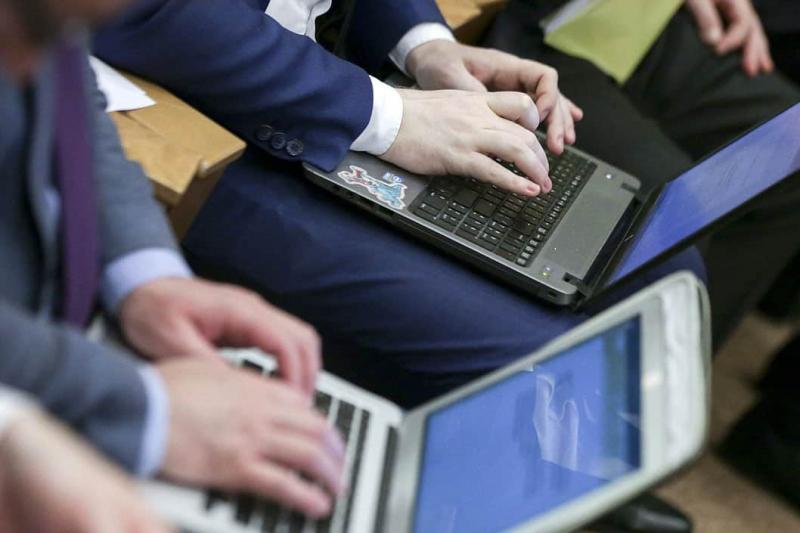 В Госдуме заявили что не собираются менять привычный формат обучения школьников и студентов